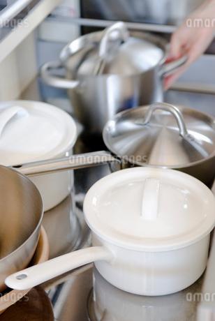 鍋を収納したキャビネットの写真素材 [FYI01936383]
