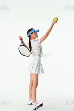 テニスをする女性の写真素材 [FYI01936431]