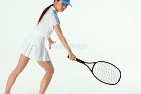 テニスをする女性の写真素材 [FYI01936464]