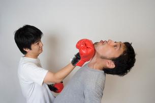 ボクシンググローブで殴りあう男性の写真素材 [FYI01936465]