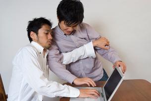ノートパソコンでもみあう男の写真素材 [FYI01936505]