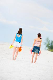 海岸に立つ女性二人の写真素材 [FYI01936593]