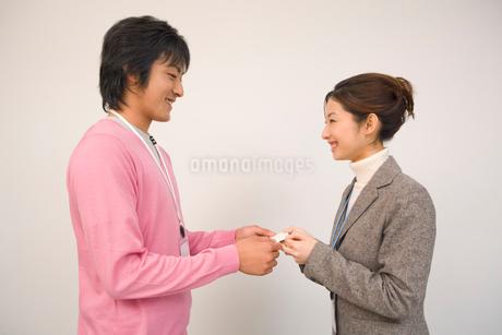 名刺交換をする男女の写真素材 [FYI01936788]