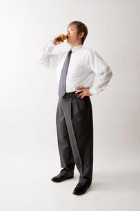 ドリンク剤を飲む中年男性の写真素材 [FYI01937225]