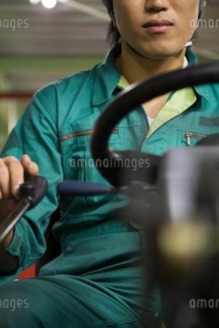フォークリフトを運転する若い男性の写真素材 [FYI01937356]