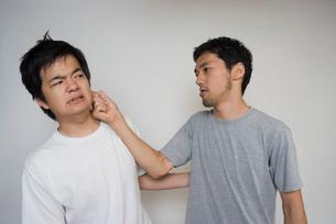 素手で殴るしぐさの男性の写真素材 [FYI01937865]