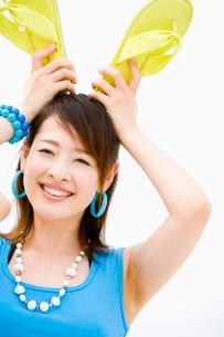 女性とビーチサンダルの写真素材 [FYI01938002]