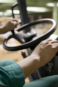 フォークリフトを運転する若い男性の写真素材 [FYI01938065]