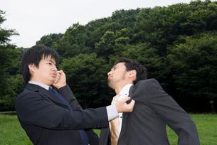 外で殴りあうスーツ姿の男性の写真素材 [FYI01938650]