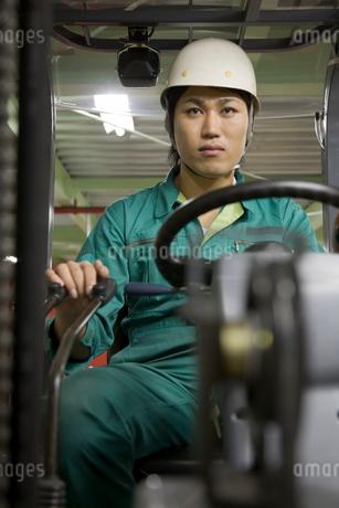 フォークリフトを運転する若い男性の写真素材 [FYI01938875]