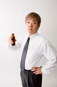 ドリンク剤を持つ中年男性の写真素材 [FYI01939427]