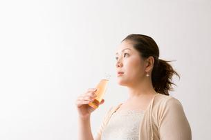 ドリンク剤を持つ中年女性の写真素材 [FYI01939674]