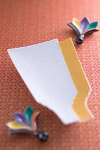 羽子板形の皿と羽根形の箸置の写真素材 [FYI01939815]