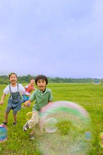 シャボン玉を追いかける子供たちの写真素材 [FYI01939971]
