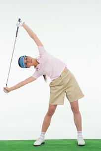 ストレッチをする女性ゴルファーの写真素材 [FYI01940123]