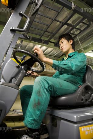 フォークリフトを運転する若い男性の写真素材 [FYI01940462]