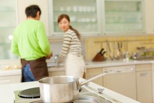 コンロの上の鍋と男女の写真素材 [FYI01940687]