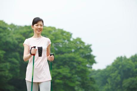ノルディックウォーキングをする中年女性の写真素材 [FYI01941198]
