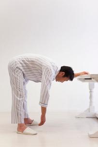 五十肩体操をする中年男性の写真素材 [FYI01941893]