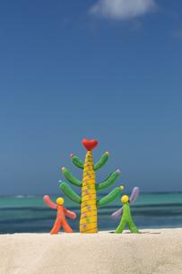 海にいるカラフルな2人のパートナーと木 クラフトの写真素材 [FYI01943229]