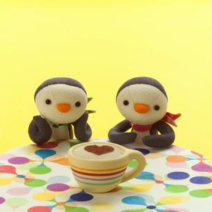 ペンギンの子供2匹とティータイム クラフトの写真素材 [FYI01943247]