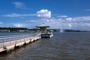 柴山潟  浮御堂と噴水の写真素材 [FYI01943441]