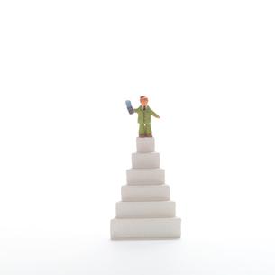 階段と人のオブジェ クラフトの写真素材 [FYI01943696]