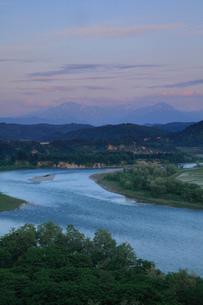 信濃川と山脈の夕景の写真素材 [FYI01943729]
