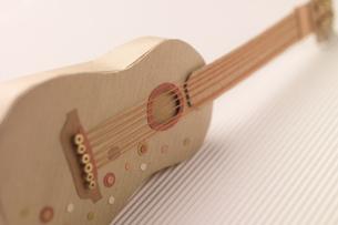ダンボールで作ったギター クラフトの写真素材 [FYI01943894]