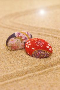 砂の上の和柄の貝の写真素材 [FYI01944437]