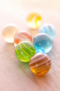 優しい色のビー玉の写真素材 [FYI01944616]