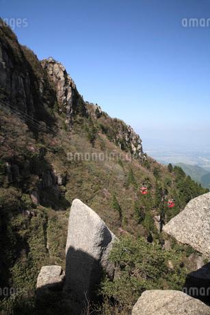 御在所岳の眺望とロープウエイの写真素材 [FYI01944717]