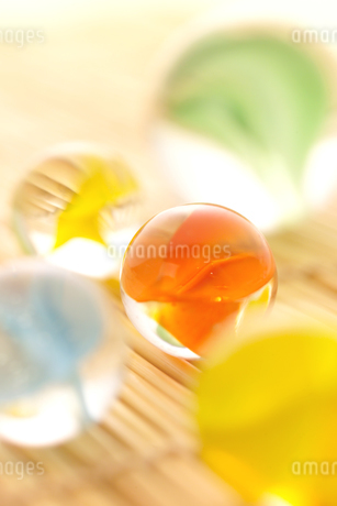 色の違う5つのビー玉の写真素材 [FYI01944752]