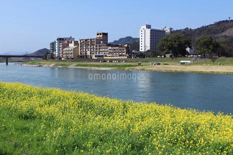 筑後川と原鶴温泉街の町並みの写真素材 [FYI01945056]