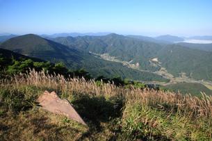 大江山連峰とススキの写真素材 [FYI01945311]