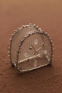 ワイヤーで作った時計 クラフトの写真素材 [FYI01945379]