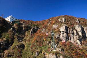 御在所岳の紅葉とロープウエイの写真素材 [FYI01945510]