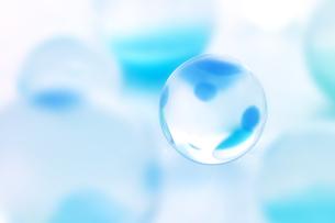 青いビー玉の写真素材 [FYI01945548]
