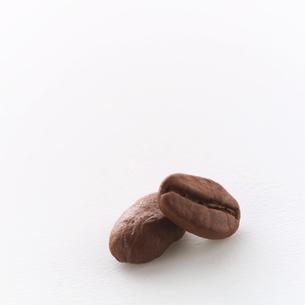 コーヒー豆2粒の写真素材 [FYI01945866]