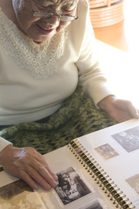 アルバムを見るおばあちゃんの写真素材 [FYI01945916]
