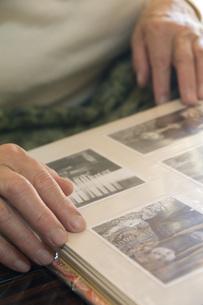 アルバムを見るおばあちゃんの手の写真素材 [FYI01945955]