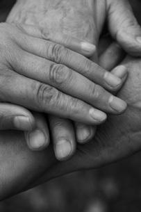 重ね合う老人の手の写真素材 [FYI01945956]