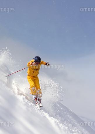 滑走するスキーヤーの写真素材 [FYI01945961]