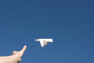 空に飛ばした紙飛行機の写真素材 [FYI01945987]