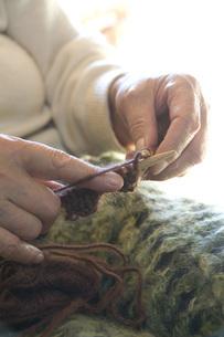 毛糸を編むおばあちゃんの手の写真素材 [FYI01945996]