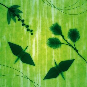 折鶴や花の祝賀イメージの写真素材 [FYI01946025]