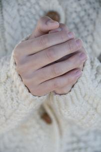 温めるように包んだ女性の手の写真素材 [FYI01946046]