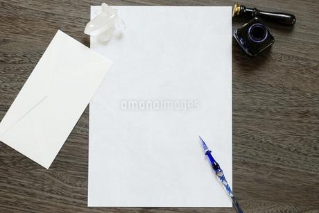 手紙とガラスペンの写真素材 [FYI01946102]