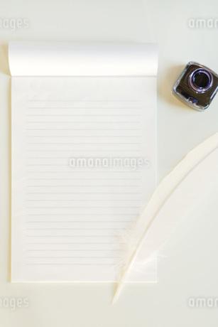 手紙と羽ペンの写真素材 [FYI01946182]