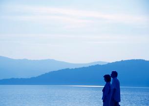 湖を旅行で訪れたシニア夫婦の写真素材 [FYI01946389]